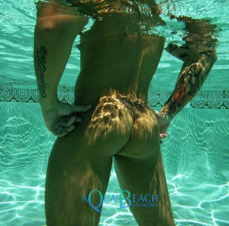 Aqua Beach Bungalows zwembad met man