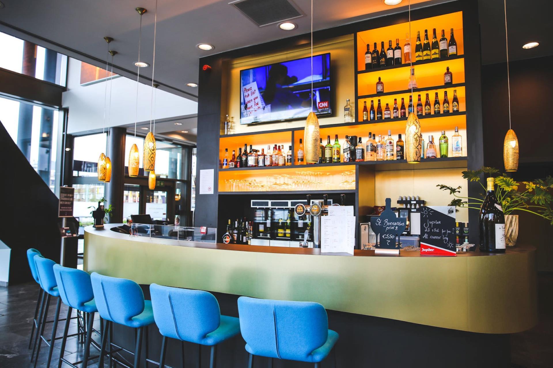 Bar-salon agréable avec une excellente carte des vins