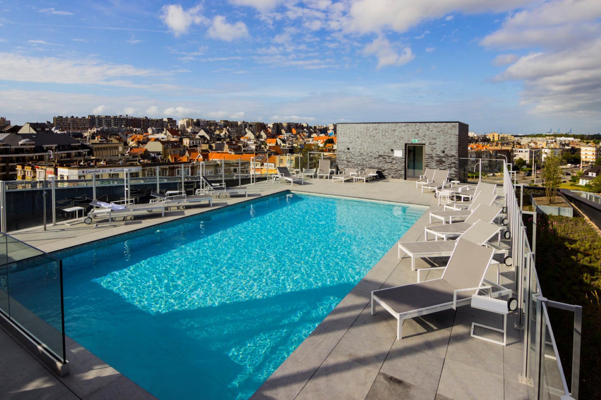 Belle piscine sur le toit