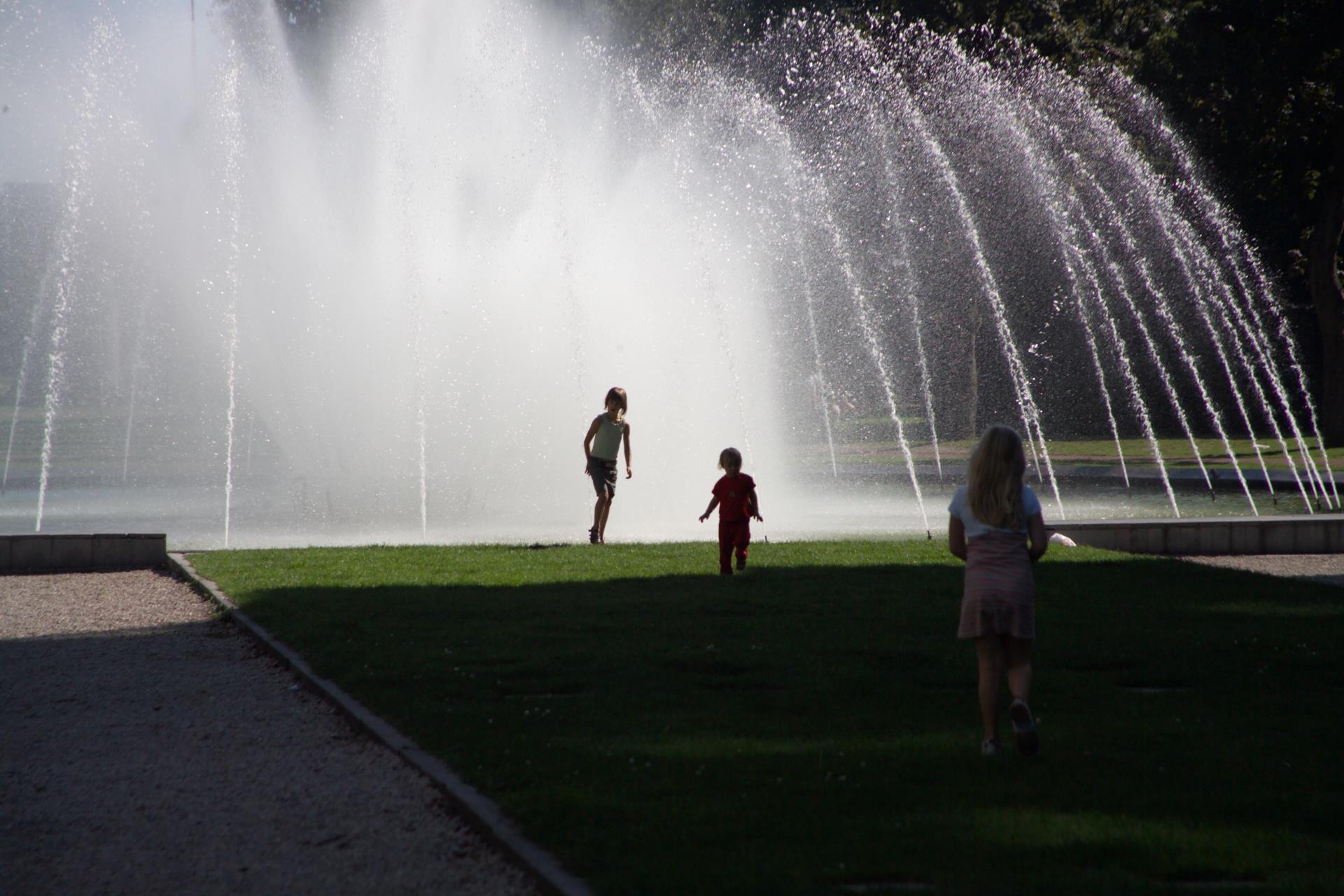 Kind in het Zuidpark bij de fontein