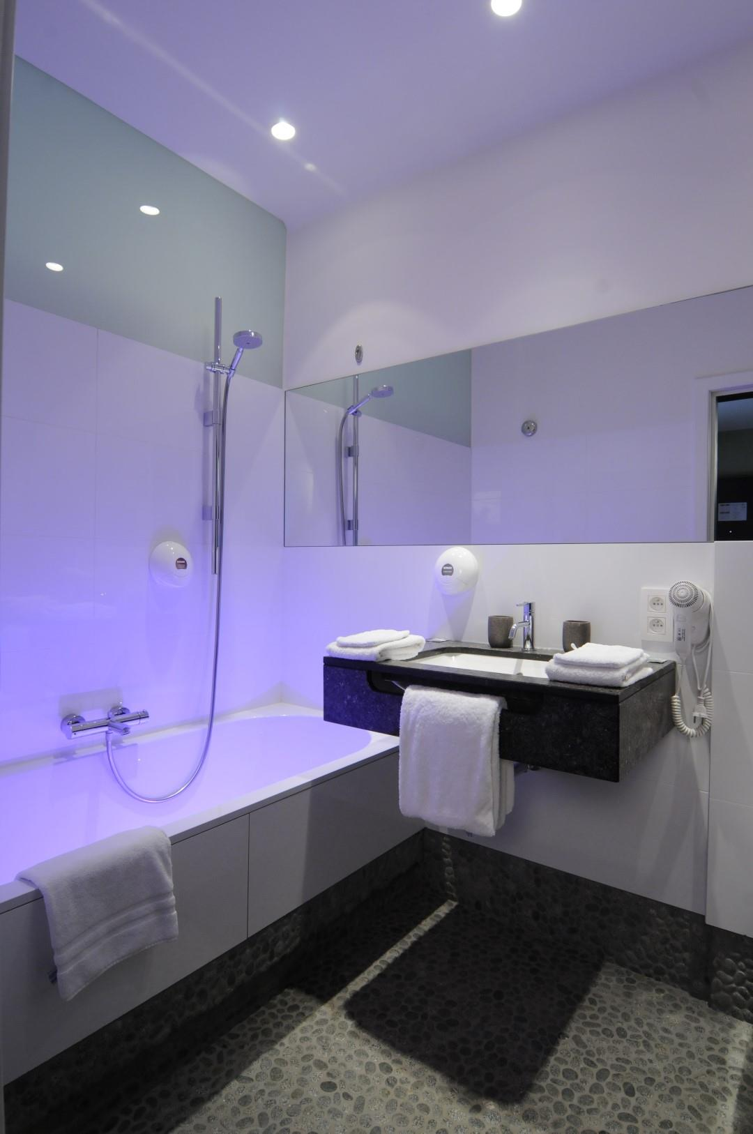 wonderful-and-brilliant-bathroom-large.JPG