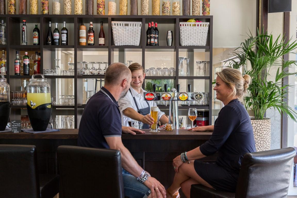 drankje-aan-de-bar-strandhotel-bos-and-duin-medium.JPG